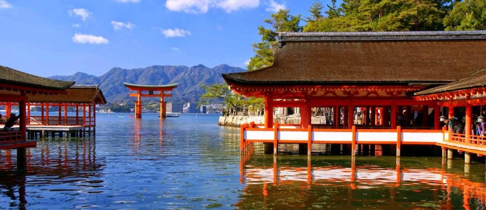 Chiem nguong den Itsukushima o thanh pho Hiroshima voi ve may bay di Nhat Ban