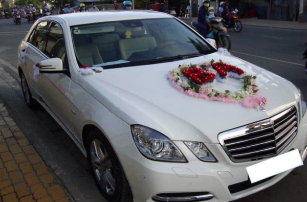Cho thue xe cuoi Mercedes C300 sang trong