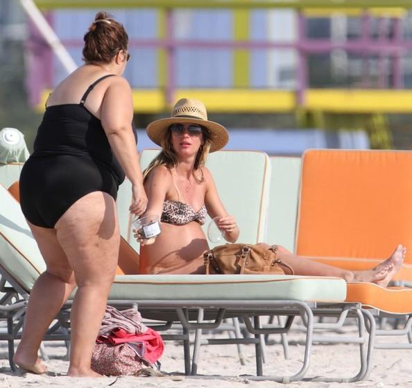 Gisele Bundchen dien bikini khoe bung bau